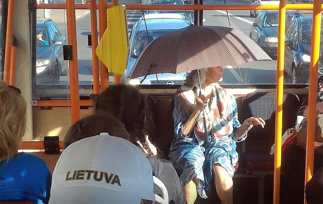 FOTOD: LEEDU mees teeb fotosid naljakatest seikadest trollis ja bussis