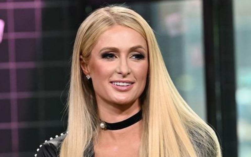 FOTO: Alaealistele keelatud - Paris Hiltonil kisti rinnahoidja seljast
