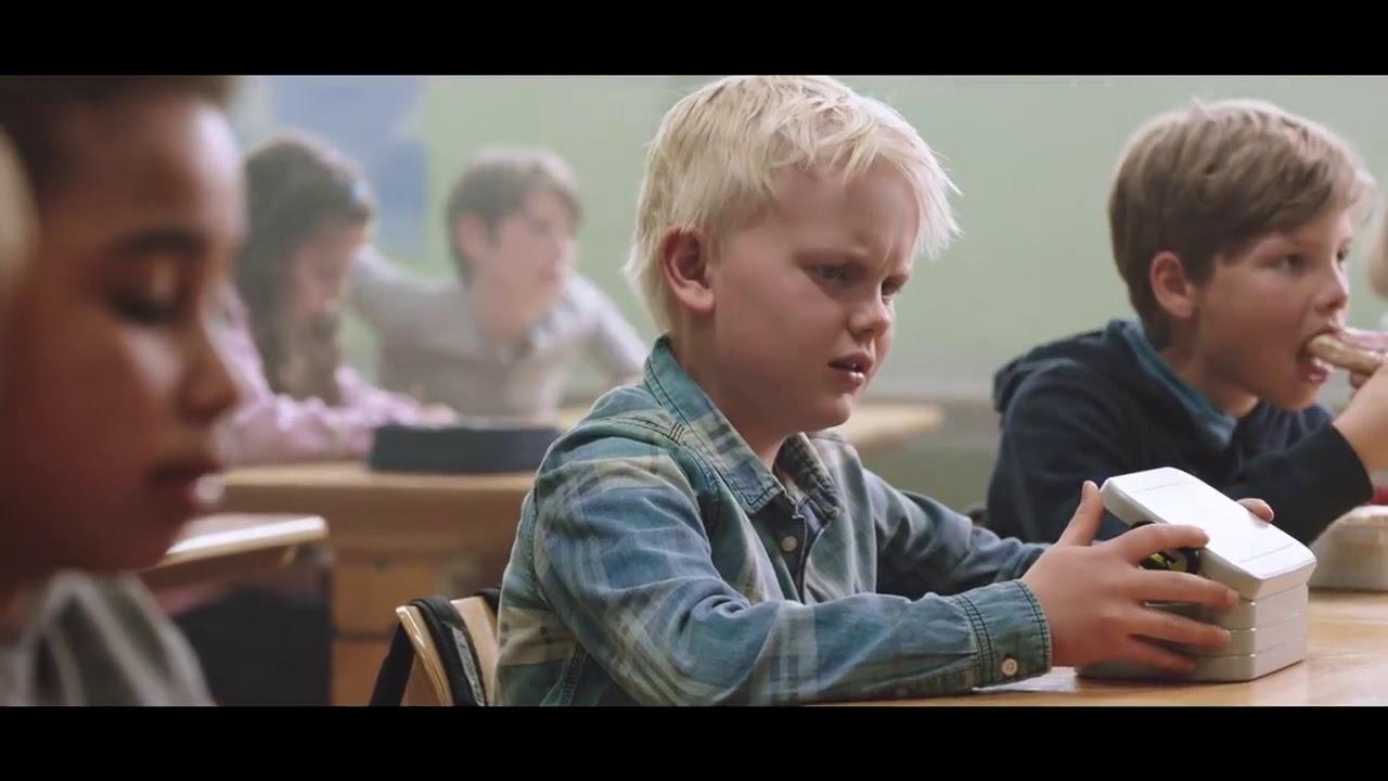 VIDEO: Lapsed märkasid nälgivat klassivenda ja kui ta klassist lahkus, varastasid ta lõunakarbi...