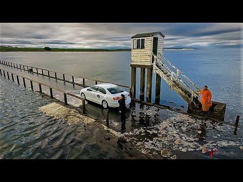 VIDEO: Uberi juht kihutas veetaseme tõusuga võidu ja jäi keset merd lõksu… Päris karm!