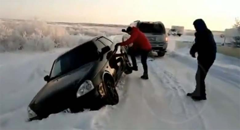 VIDEO: Täiesti arulagedad inimesed - vaata, kuidas tüübid autot välja tirivad kraavist ja mis lõpus juhtub...