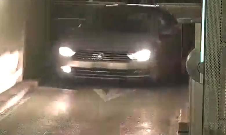 VIDEO: KUI ei näeks, siis ei usuks - vaata, kuidas see kodanik parkimismajja siseneb