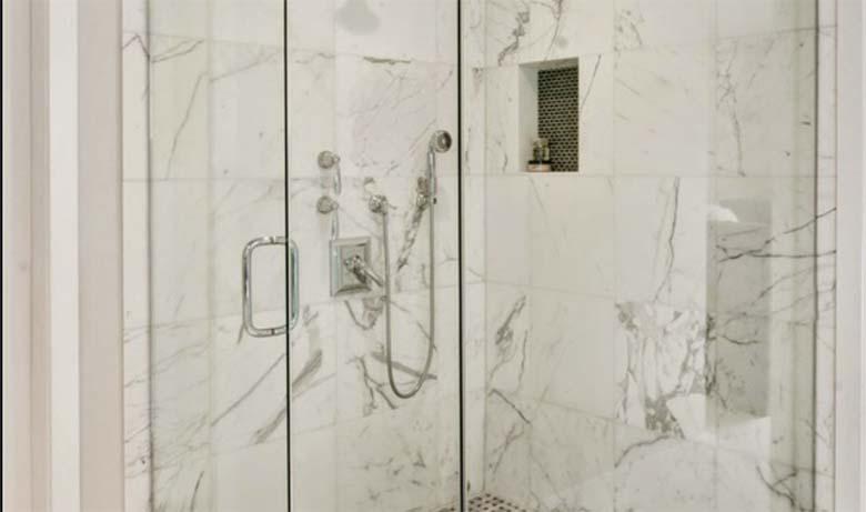 VAU - Üks naine jagas sotsiaalmedias nippi, kuidas dušikabiini klaas säravpuhtaks teha