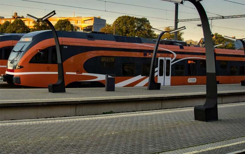 VIDEO: JÕHKER ÕNNETUS - Veoauto jäi raudteele kinni, mille tulemusena rong autole otsa sõitis