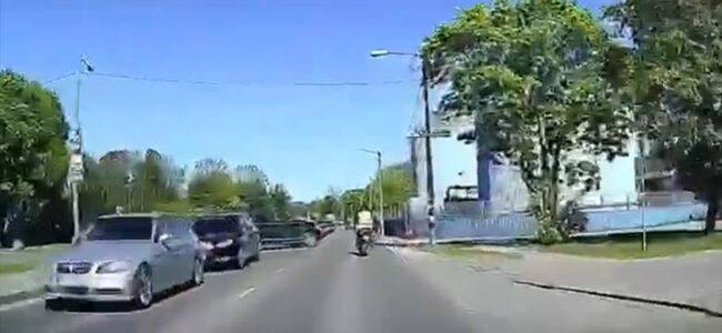 VIDEO: VÄGA tähelepanematu ja ebaviisakas autojuht – vaata, kuidas auto õppesõidu mootorrattale ette keerab