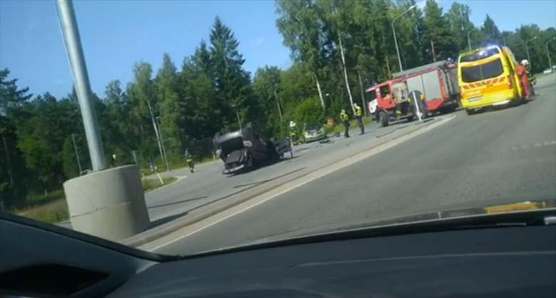 VIDEO: Tallinna-Saku teel toimus kahe auto kokkupõrge, kus üks auto lendas katusele