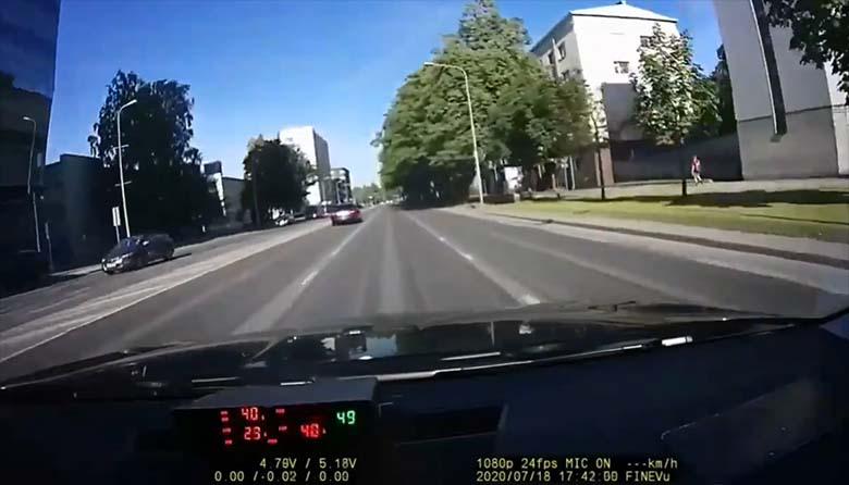 VIDEO: Vaata, mille pärast politsei auto Liivalaia tänaval kinni pidas – Märkame ja reageerime 🚔