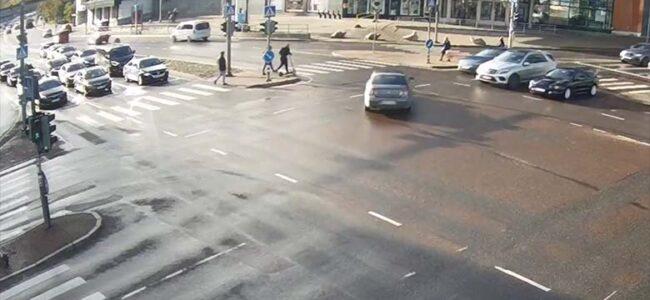 VIDEO: Tallinnas  juhtus liiklusõnnetus – Ühe autojuhi eksimus ja õnnetus kohe käes