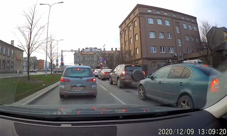 VIDEO: VÄGA lahe - vaata, kuidas Tallinnas kiirabile teed tehti. Jaga, et ka teised teaksid, kuidas käituda tuleb.