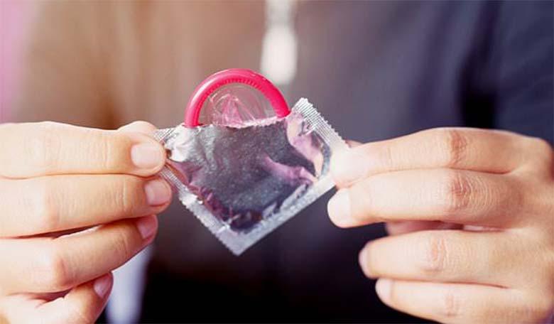 ANEKDOOT: Isa ja poeg on Selveris ning mööduvad preservatiivide letist…