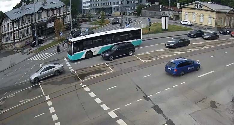 VIDEO: LIIKLUSRAEV TALLINNAS autojuhi ja bussi vahel lõppes sellega, et autojuht peab nüüd ühistransporti kasutama
